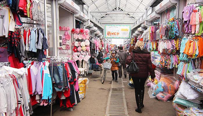 Детская одежда на рынке лира